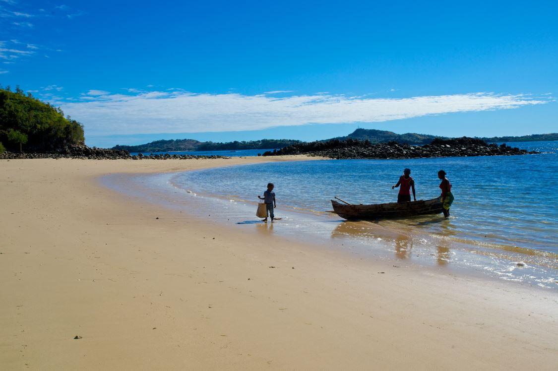 Pirogue à la plage